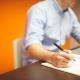 Organisationsentwicklung. Mann sitzt mit Stift am Tisch und bereitet sich vor