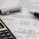 Artikel zu Controlling-Standards in der Sozialwirtschaft - Bild Taschenrechner mit Ausdruck Zahlen