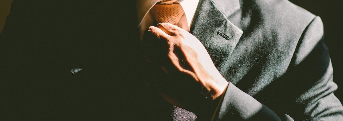 Gesellschafter xit GmbH Symbolbild Mann bindet Krawatte